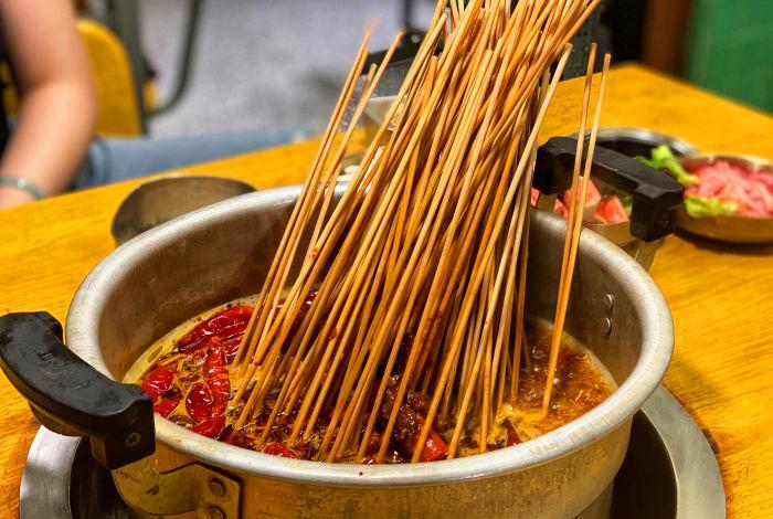 班花麻辣烫打卡教室里的锑锅串串